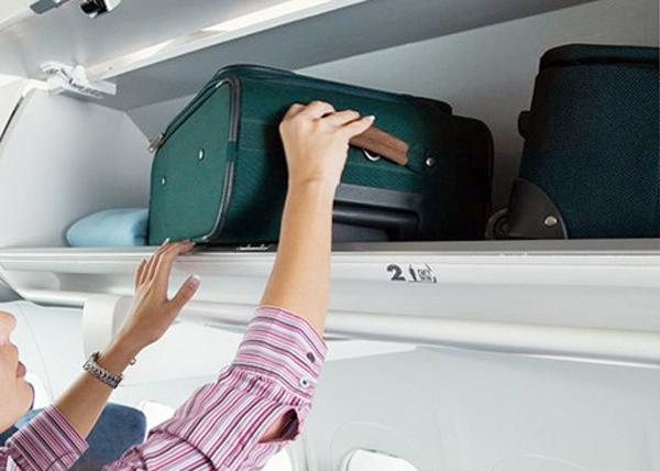 """Всё ради """"Победы"""": пассажиров обязали платить за верхнюю одежду и телефоны на борту самолета"""