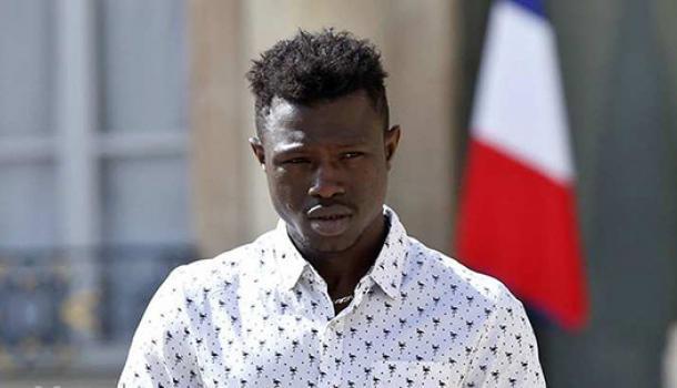 В Париже мигрант героически спас 4-летнего ребенка и получил гражданство