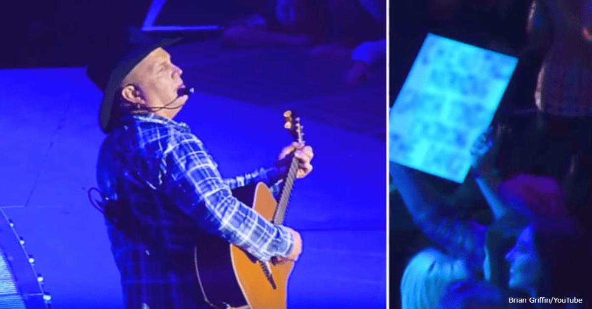 Он прервал концерт из-за женщины с табличкой в руках. Вот что там было написано