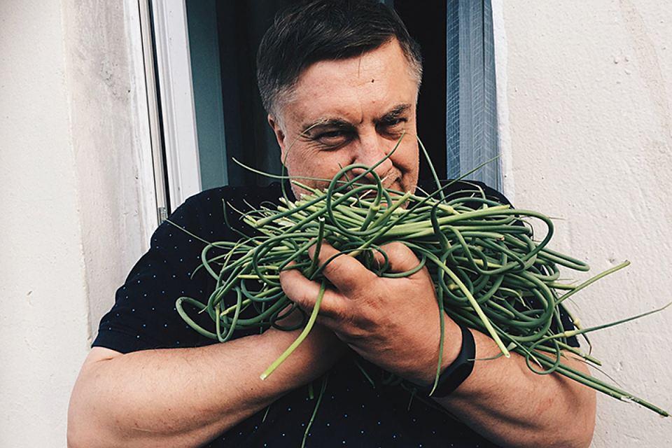 Андрей Туманов на своей страничек в соцсетях спросил своих читателей - как они готовят чесночные стрелки?