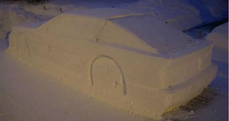 Канадец слепил из снега автомобиль для розыгрыша дворников, а привлек внимание полицейских