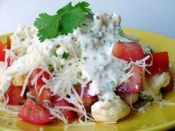 Обалденный салат из цветной капусты с помидорами и сыром под сметанным соусом
