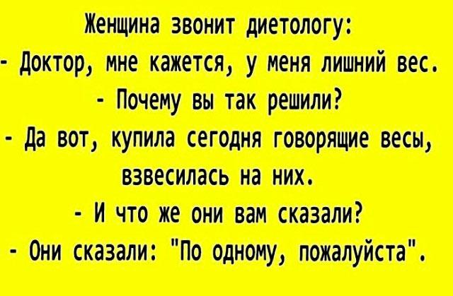 Одесский трамвай, давка. Мужчина пытается прокомпостировать билет