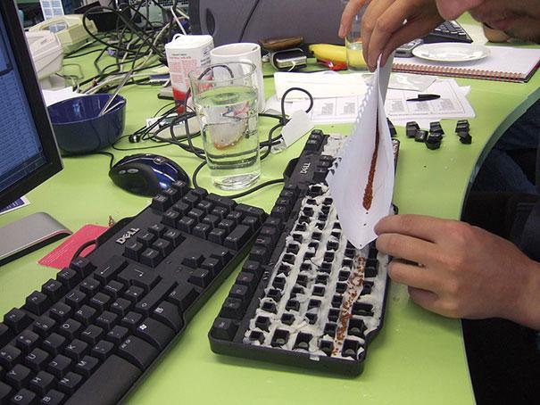 16. Устройте лужайку прямо в клавиатуре коллеги 1 апреля, День дурака, прикол, розыгрыш, юмор
