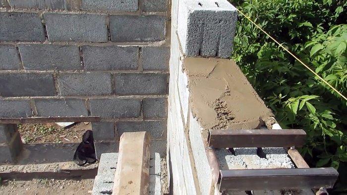 Приспособление для кладки блоков