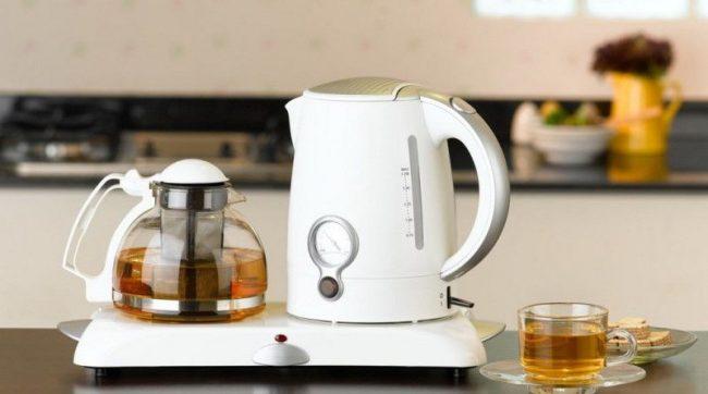 Пластмассовые чайники лучше всего очищать с помощью народных средств