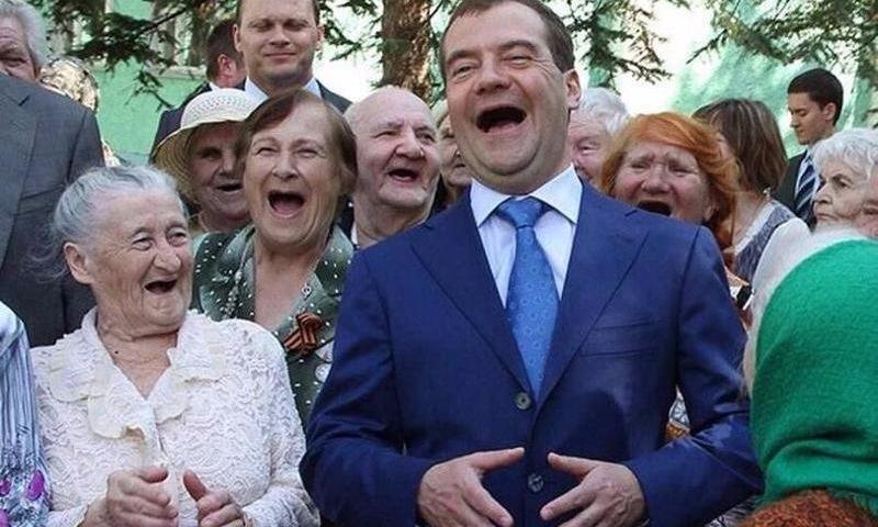 «Деньги есть!»: Медведев нашел для неработающих пенсионеров 6,5 миллиарда