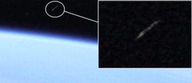 Рядом с МКС на огромной скорости пролетел странный объект: видео
