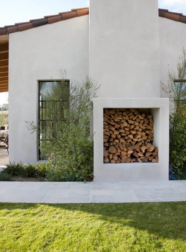 Вы также можете пристроить снаружи дома небольшую каморку для укладки дров