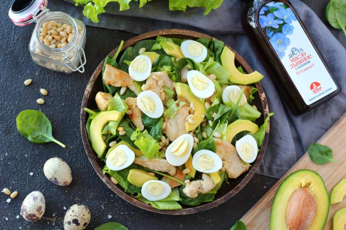 Салат с курицей и авокадо.  Фото: biokor.ru.