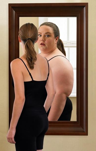 Толстая перед зеркалом