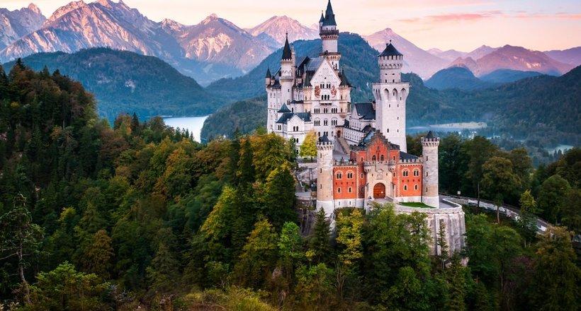 Что находится внутри самого эксцентричного и сказочного замка Германии Нойшванштайн