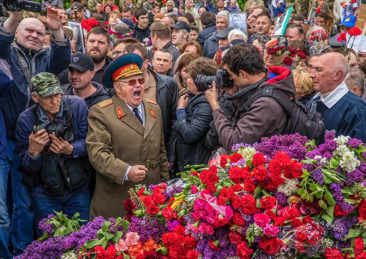 Дайте спокойно умереть: известный журналист набросился на Вятровича из-за отмены советских праздников