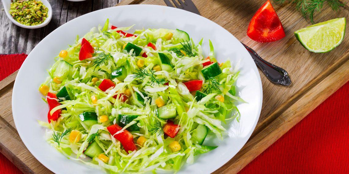 салаты из свежей капусты: Салат с капустой, колбасой и зелёным горошком