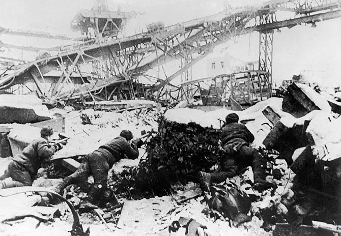 Советские солдаты защищают завод «Красный Октябрь» во время Сталинградской битвы.
