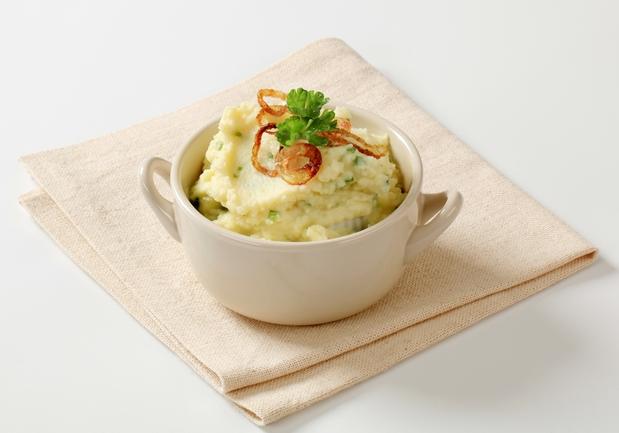 Картофельное пюре с оливковым маслом, кориандром и жареным луком