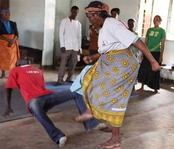 После курсов каждая бабушка знает, что делать с насильником.