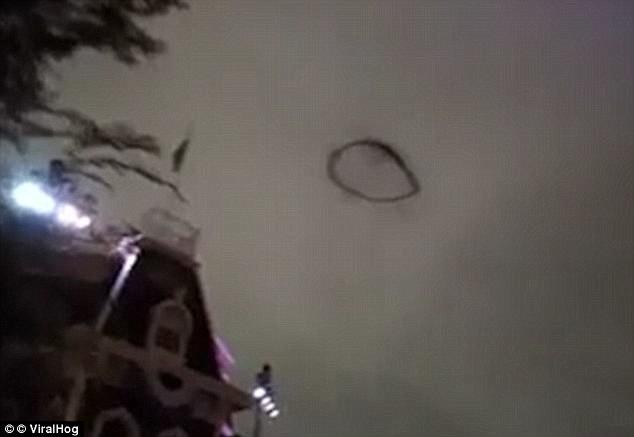 НЛО над Британией: мир теряется в догадках! британия, загадки вселенной, неопознанный летающий объект, непознанное, нло, странное, таинственное, черные кольца