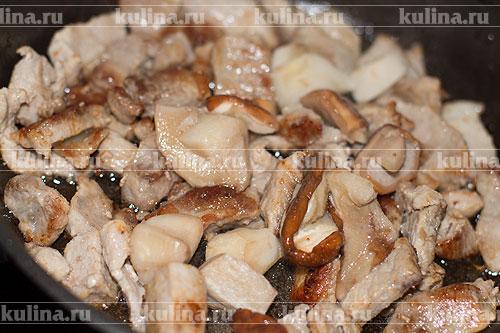 Белые грибы нарезать и выложить в сковороду.