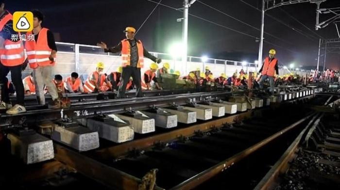Китайцы построили железную дорогу ночью всего за 9 часов.