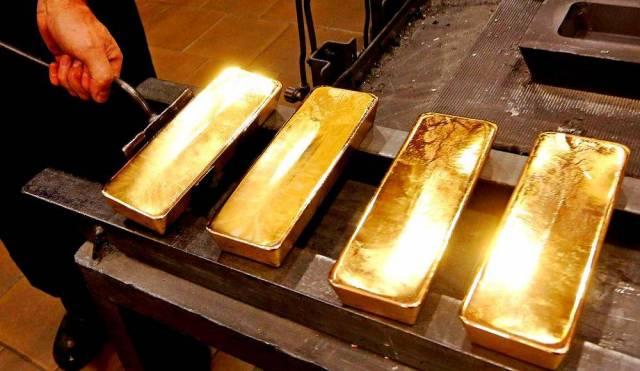 Доллары – в золото: Москва п…