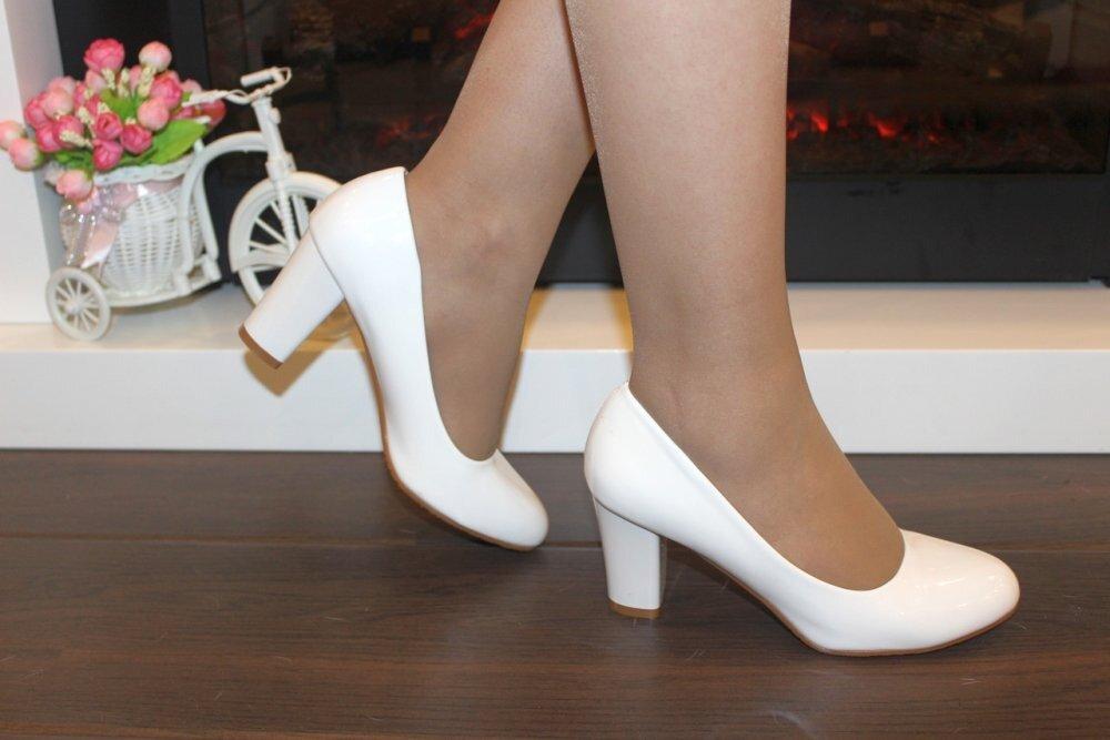 Белые туфли на женщине. /Фото: klike.net