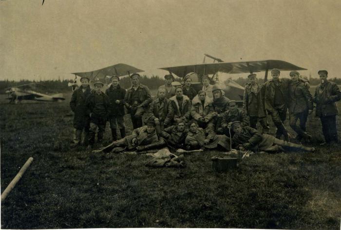 Группа авиа-механиков и мотористов 1 Морского отряда ВВС Балтфлота на маневрах. Новый Петергоф, 1922 год.