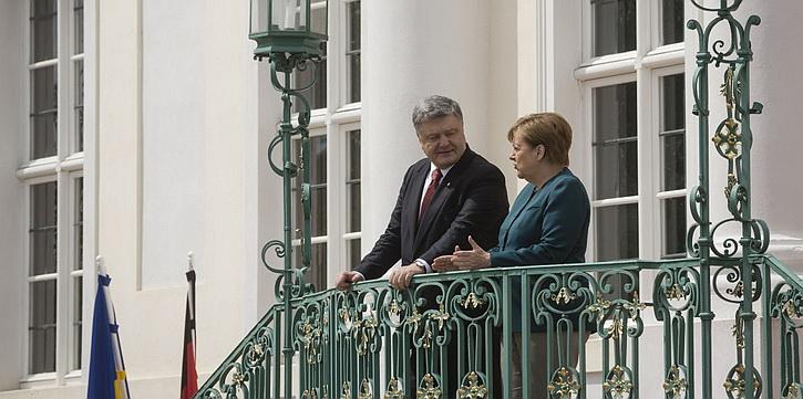 Порошенко уже задрал Меркель, но на его преступления продолжают закрывать глаза