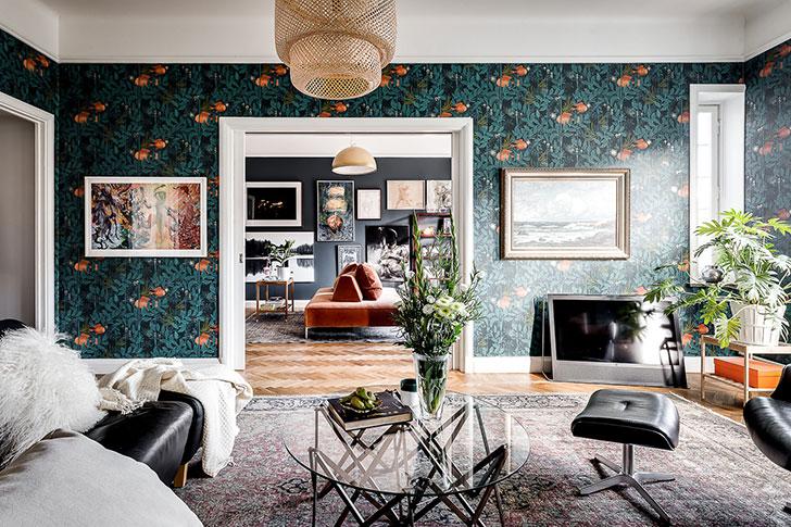 Квартира в темных тонах и с активными обоями в Стокгольме