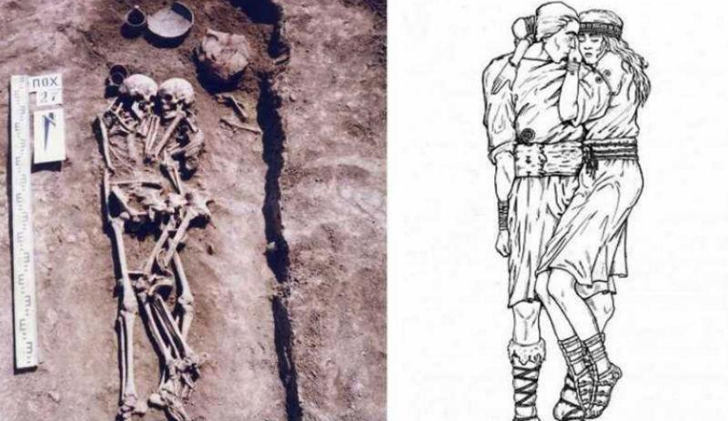 Могилу с мужчиной в объятиях…