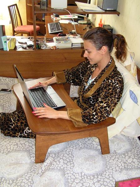 Компактный и удобный деревянный столик для ноутбука