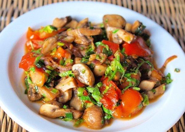 Теплый салат с грибами и помидорами на ужин