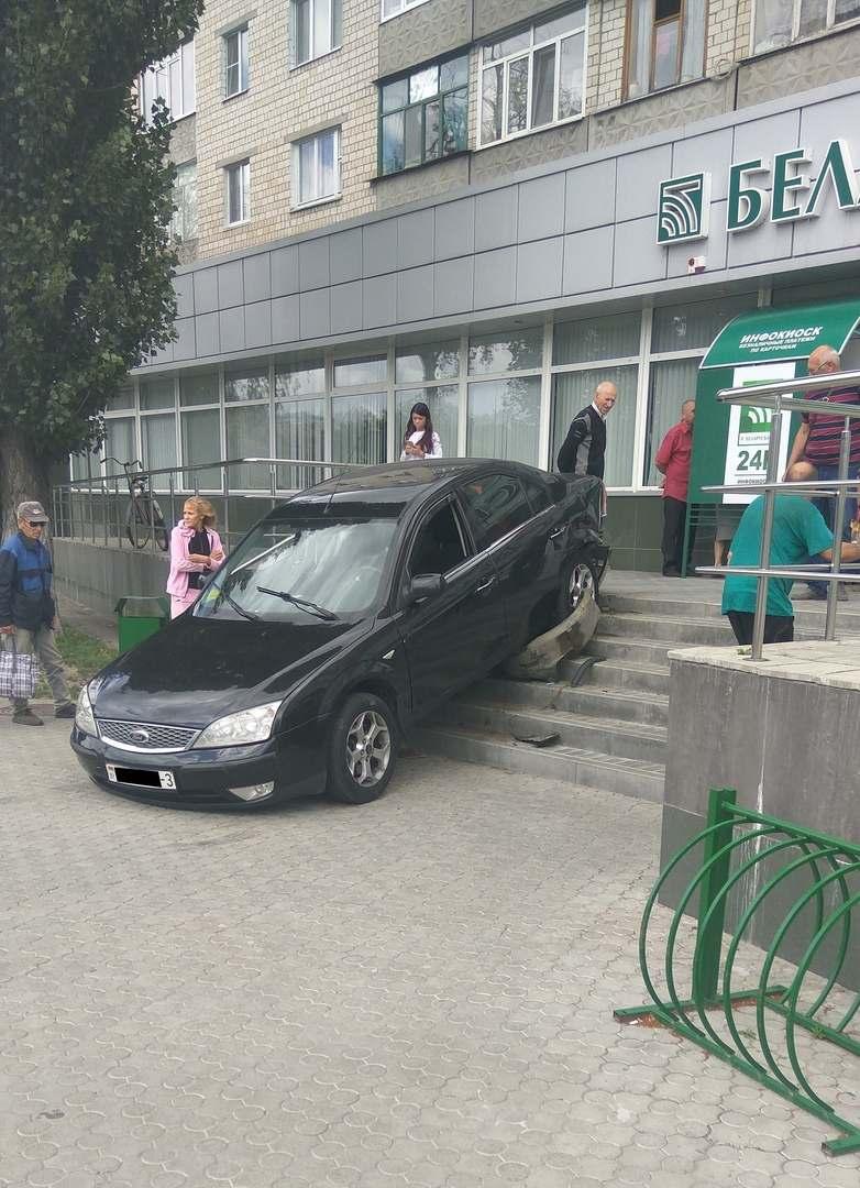 В банк на автомобиле))))