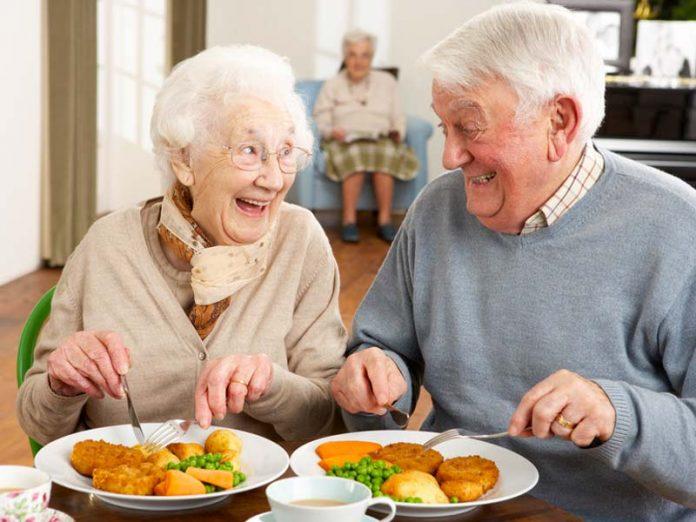 В кафе никто не мог понять, как бедные старики живут всем делясь друг с другом. Прочти до конца!