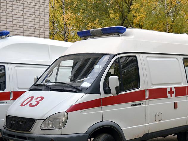 Легковой автомобиль упал с моста в Москве