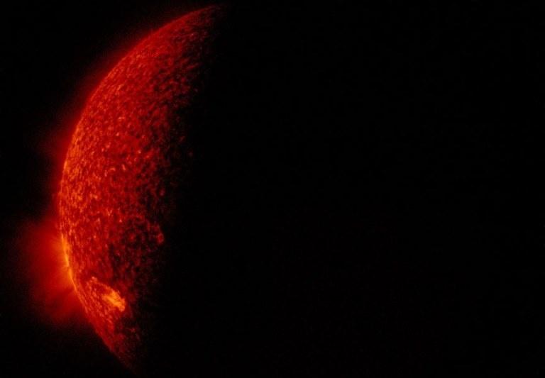 Космические аппараты GOES и SDO вошли в полосу затмений — появились разрывы на графике вспышек