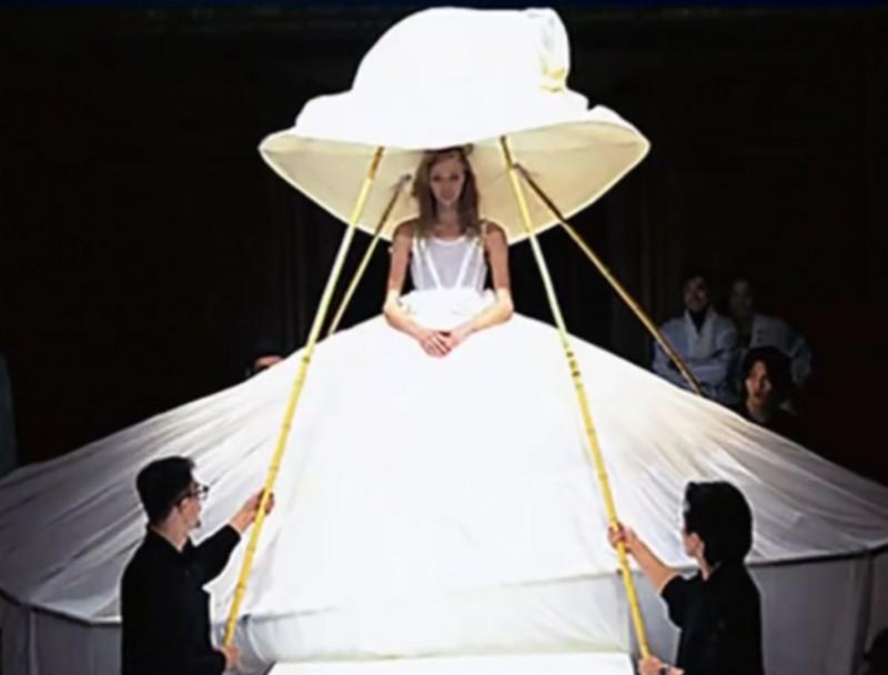 16. Осталось всего лишь не двигаться следующие семь часов или около того невесты, свадебное платье