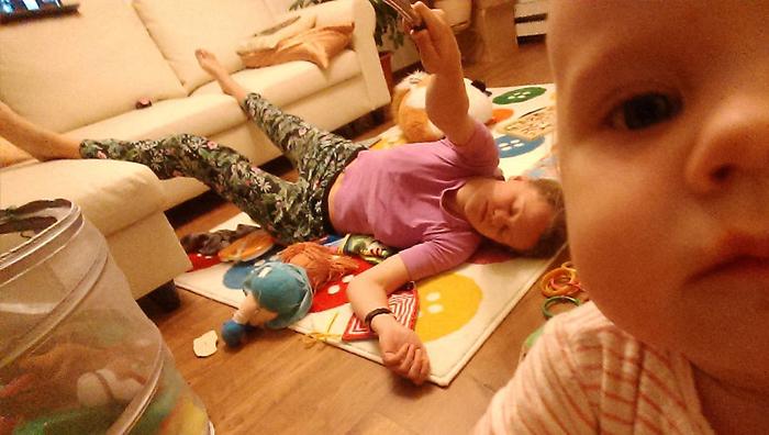Почему мамы устают: молодая мама запечатлела свой день с самого утра до ночи