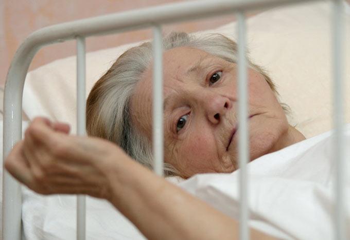 Бабушку жалко, но досматривать ее никто не хочет
