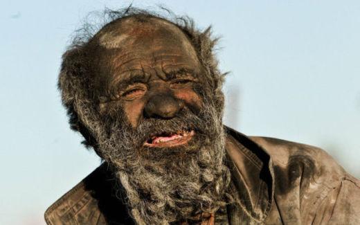 60 лет без воды: 12 шокирующих фотографий самого грязного человека в мире