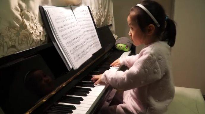 5-летняя малышка виртуозно играет на фортепиано! Не верю своим глазам!