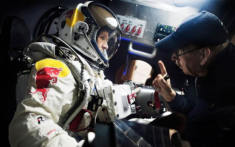 6104 Феликс Баумгартнер готовится к прыжку из космоса