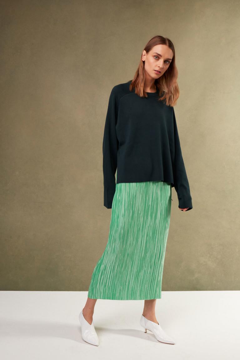 Длинная юбка и свитер в сочетании с белой обувью