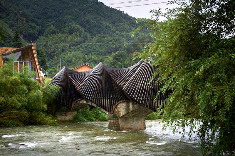 Китайский ответ кирпичу: в Поднебесной из бамбука построили мини-город