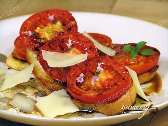 Жареные помидоры на хрустящем тосте.