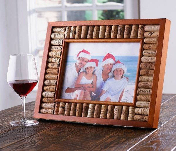 Очень легко из винных пробок сделать рамку для фотографий.
