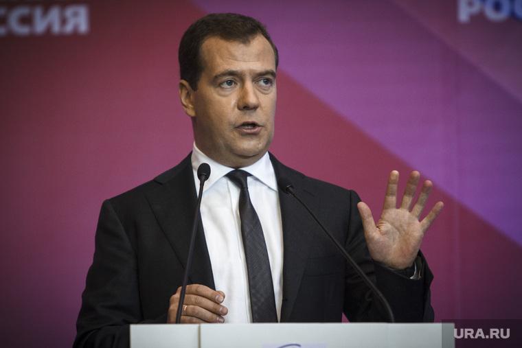 «Отпуск по цене одного ботинка Медведева». Обувь премьера начали использовать в рекламе