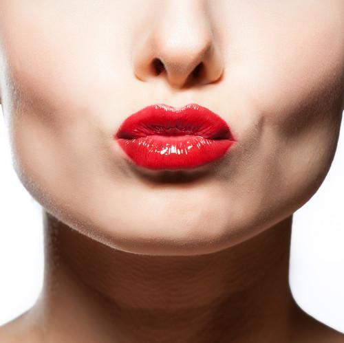 Простой способ снять стойкую помаду и позаботиться о красоте губ