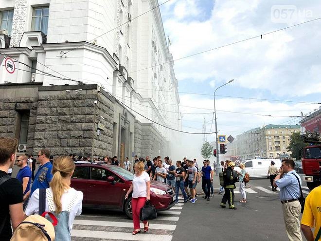 В Харькове националисты разгромили горсовет и бросили в мусорный бак заместителя Кернеса