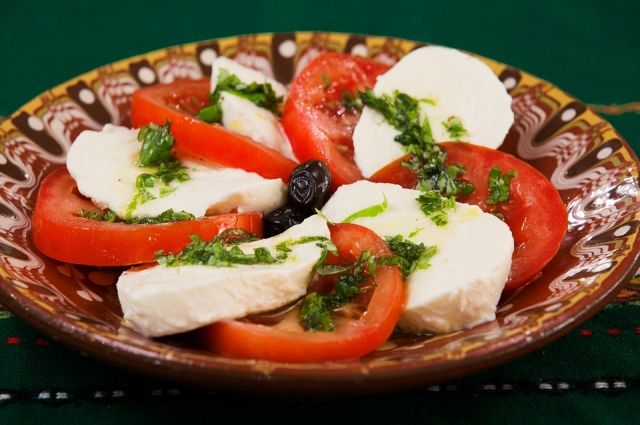 Для приготовления сыра лучше использовать цельное или пастеризованное молоко.